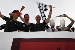 Equipo McLaren celebra en la carrera de balsas