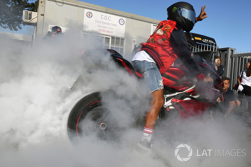 A Lewis Hamilton le da igual estar en 'casa Ferrari': se exhibe con su moto
