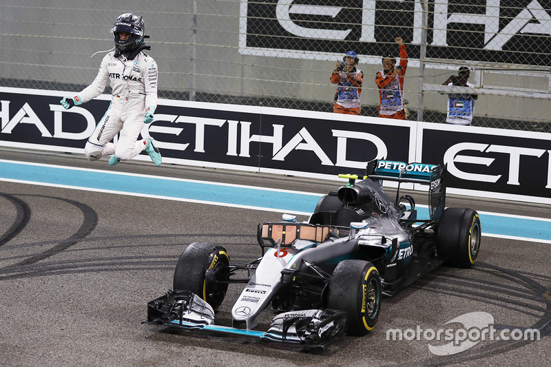 Segundo lugar Nico Rosberg, Mercedes AMG F1 W07 Hybrid celebra su campeonato del mundo 2016 al final de la carrera