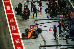 Stoffel Vandoorne, McLaren MCL32, leaves his pit box