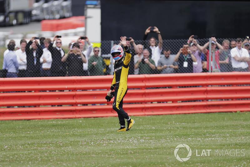 Jolyon Palmer, Renault Sport F1 Team, con los fans de la tribuna después de su abandono