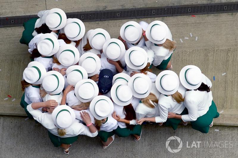 """Na Inglaterra, as Grid Girls """"abraçaram"""" Lewis Hamilton."""
