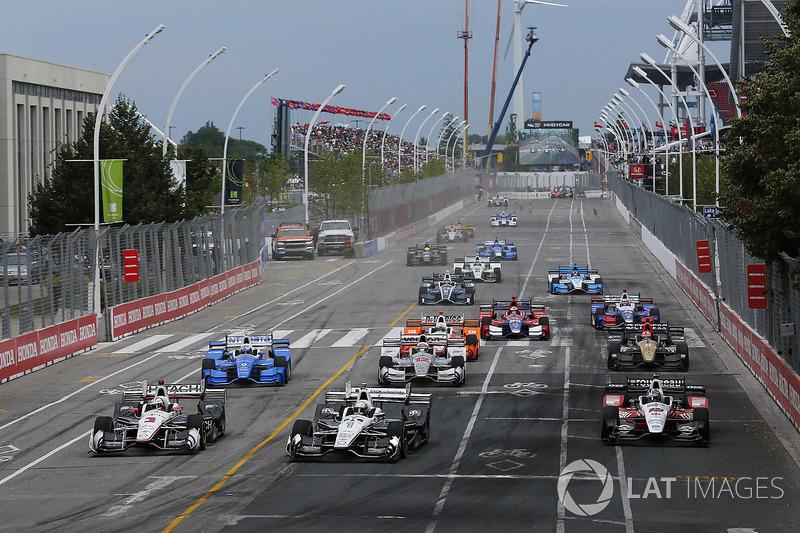 Start: Helio Castroneves, Team Penske Chevrolet, Simon Pagenaud, Team Penske Chevrolet