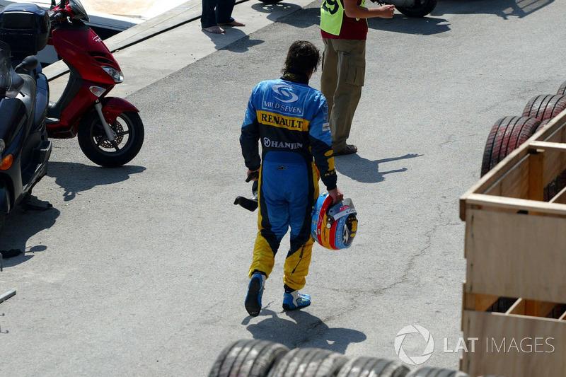 Fernando Alonso, Renault R24, tras el accidente