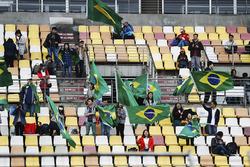 Chinesische Fans mit brasilianischen Flaggen