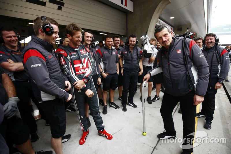 Guenther Steiner, jefe de Haas F1 Team, celebra su 52 cumpleaños con sus compañeros, incluido Romain Grosjean, piloto del Haas F1 Team