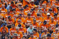 Une tribune remplie de fans de Max Verstappen, Red Bull Racing