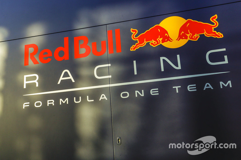 Логотип Red Bull Racing на моторхоуме команды