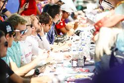 Nick Heidfeld, Mahindra Racing, firma autógrafos para los fans