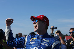 Le vainqueur Josef Newgarden, Team Penske Chevrolet fête sa victoire sur la Victory Lane
