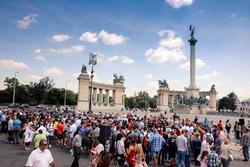 Des fans sur la place des Héros à Budapest