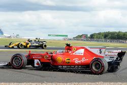 Sebastian Vettel, Ferrari SF70H trompos en la grava