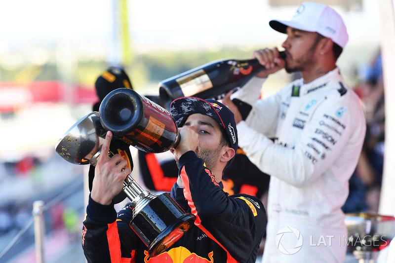 Daniel Ricciardo, Red Bull Racing e Lewis Hamilton, Mercedes AMG F1 festeggiano sul podio con lo champagne