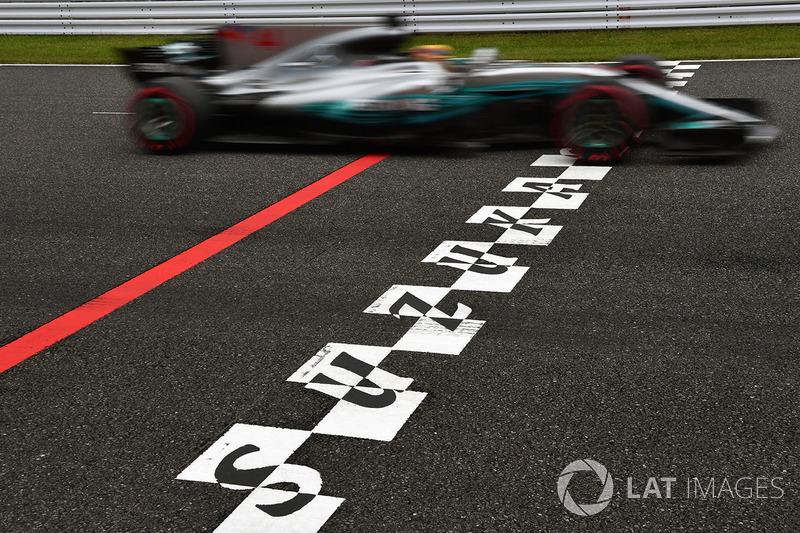 Lewis Hamilton, Mercedes-Benz F1 W08 en la línea de meta
