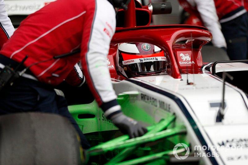Kimi Raikkonen, Alfa Romeo Racing C38, con parafina en la suspensión delantera