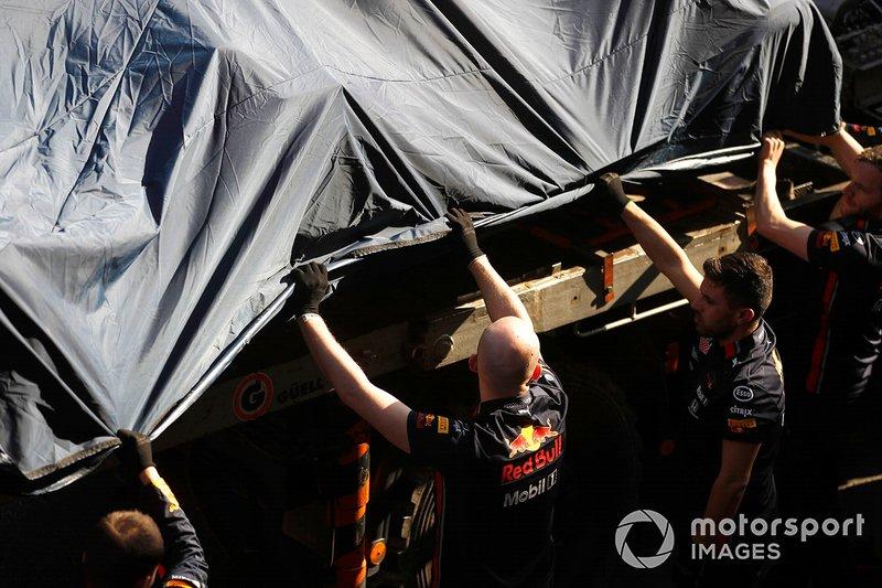 La monoposto incidentata di Pierre Gasly, Red Bull Racing RB15, viene riportata ai box
