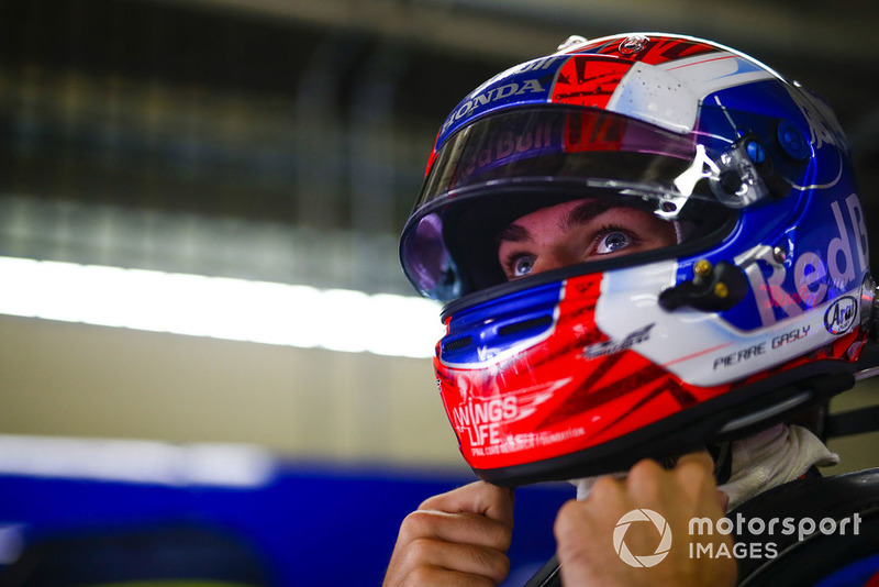 Pierre Gasly, Toro Rosso, ajuste son casque