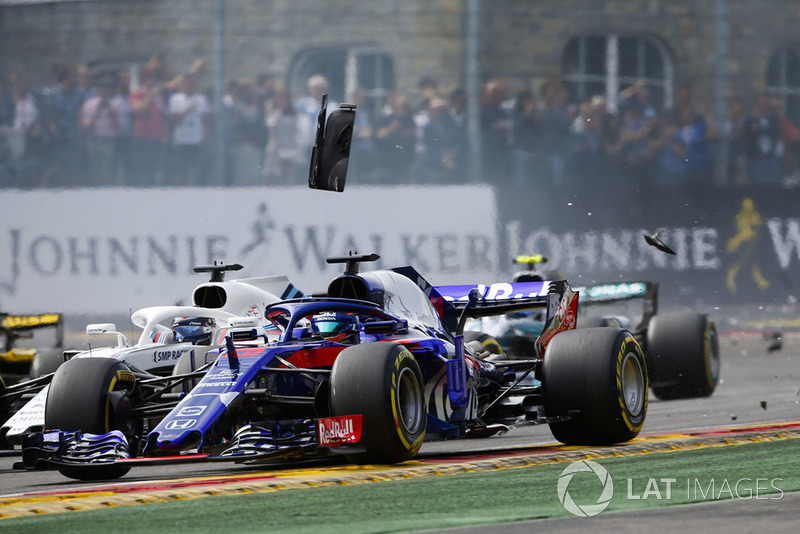 Brendon Hartley, Toro Rosso STR13, leads Lance Stroll, Williams FW41, through debris at the start