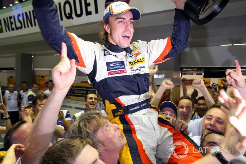 Ну а Алонсо продолжал радоваться сенсационной победе. Он выиграл с 15-го места на старте – лишь в семи гонках в истории Ф1 победу одерживали с более низких позиций. И это на трассе, где почти негде обгонять