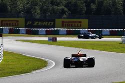 Max Verstappen, Red Bull Racing RB13, derrière Lewis Hamilton, Mercedes AMG F1 W08