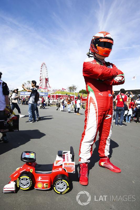 Un fan de ferrari vestido como Kimi Raikkonen, Ferrari