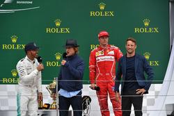 1. Lewis Hamilton, Mercedes AMG F1; 3. Kimi Raikkonen, Ferrari, mit Owen Wilson, Schauspieler, und Jenson Button