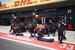 Max Verstappen, Red Bull Racing RB13, pitstop