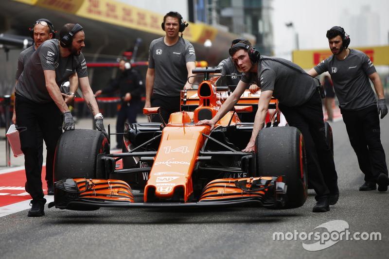McLaren-Teammitglieder am Auto von Fernando Alonso, McLaren MCL32