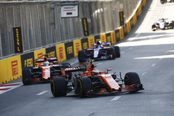 Stoffel Vandoorne, McLaren MCL32, Fernando Alonso, McLaren MCL32, Daniil Kvyat, Scuderia Toro Rosso STR12
