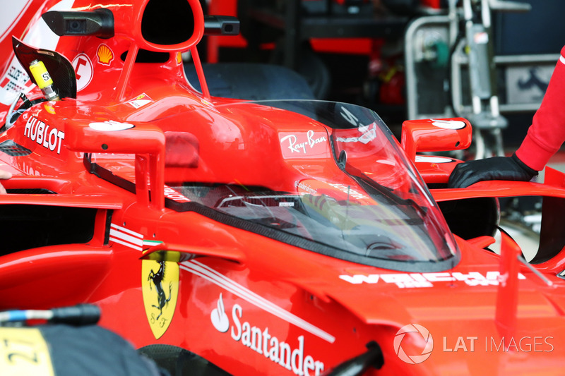 Sebastian Vettel, Ferrari SF70H, con el escudo de la cabina