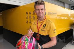 Nico Hulkenberg, Renault F1 Team firma el casco de Sergio Pérez para subasta en pro de los afectados por el terremoto en México