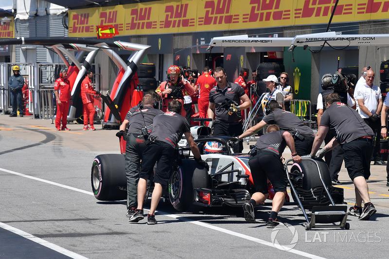 Ромен Грожан, Haas F1 Team, повертається в бокси після відмови двигуна у кваліфікації