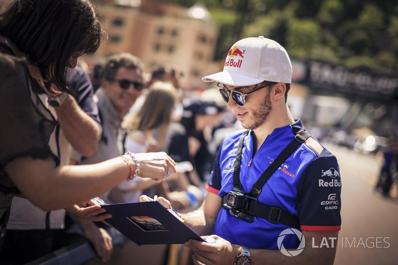 Pierre Gasly, Scuderia Toro Rosso, firma autografi ai tifosi