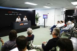 Matteo Bonciani, délégué média, FIA, et Charlie Whiting, directeur de course, FIA, en conférence de presse