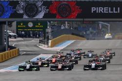 Callum Ilott, ART Grand Prix, devant Pedro Piquet, Trident, Joey Mawson, Arden International et le reste du peloton au départ