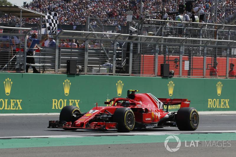 Kimi Raikkonen, Ferrari SF71H, prende la bandiera a scacchi