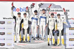 #67 Chip Ganassi Racing Ford GT, GTLM: Ryan Briscoe, Richard Westbrook celebra la victoria en el podio con #3 Corvette Racing Chevrolet Corvette C7.R, GTLM: Antonio Garcia, Jan Magnussen, #4 Corvette Racing Chevrolet Corvette C7.R, GTLM: Oliver Gavin, Tommy Milner