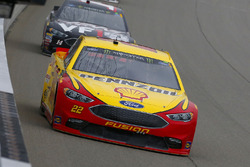 Joey Logano, Team Penske, Ford Fusion Shell Pennzoil e Clint Bowyer, Stewart-Haas Racing, Chevrolet Camaro Haas 30 Years of the VF1