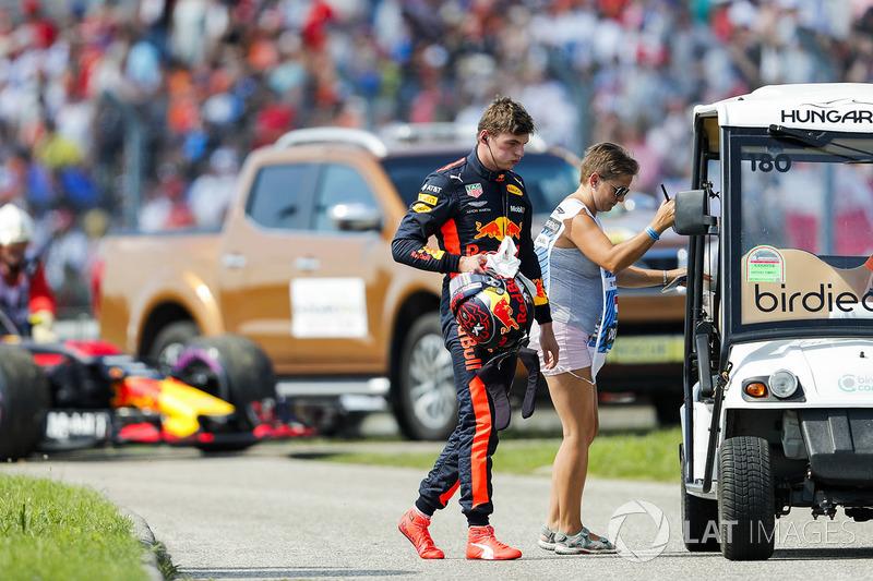 Max Verstappen, Red Bull Racing, est ramené au stand après son abandon