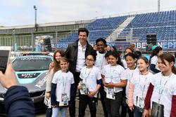 Toto Wolff, Executive Director, Mercedes AMG. met de meiden van Dare to be Different in de pits
