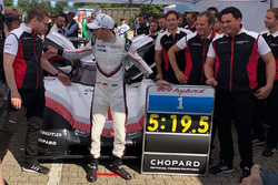Porsche 919: Timo Bernhard with the record time board