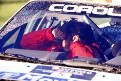 Luis Moya reacciona después de fallar por yardas a la línea de llegada en el parque de Margam, perdiendo Sainz y Moya el Campeonato mundial de Rally de 1998