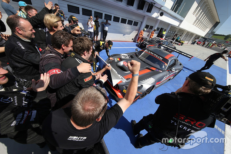 Yarış galibi #84 AMG Team HTP Motorsport Mercedes AMG GT3: Dominik Baumann, Maximilian Bühk