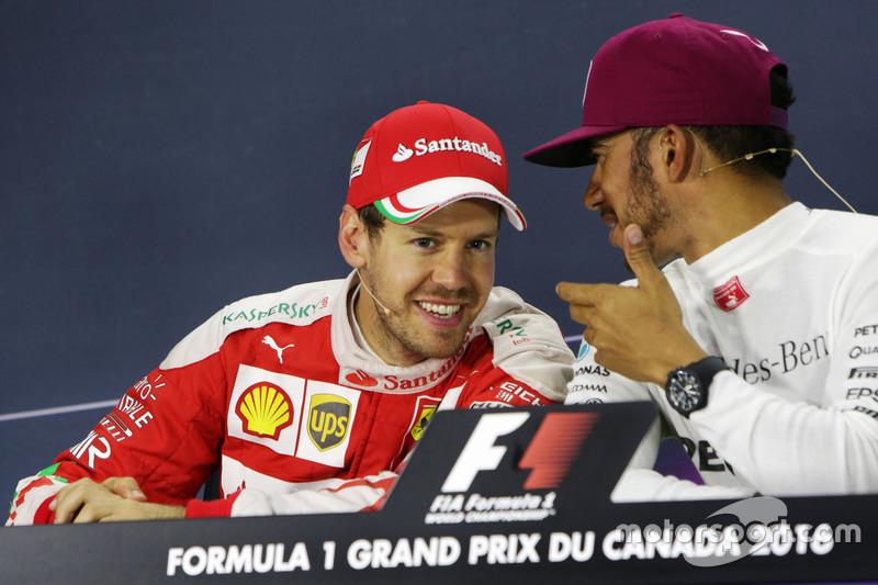 (Зліва направо): Себастьян Феттель, Ferrari aта Льюїс Хемілтон, Mercedes AMG F1 під час прес-конференції FIA