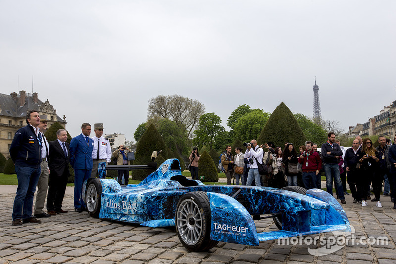 Formula E CEO Alejandro Agag, FIA President Jean Todt, Lieutenant General Bruno Le Ray, Military Governor of Paris and Major General, and Christian Baptiste, War Museum Director.