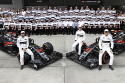 A team group photo. Fernando Alonso, Stoffel Vandoorne and Jenson pose with their McLaren MP4-31 Hon