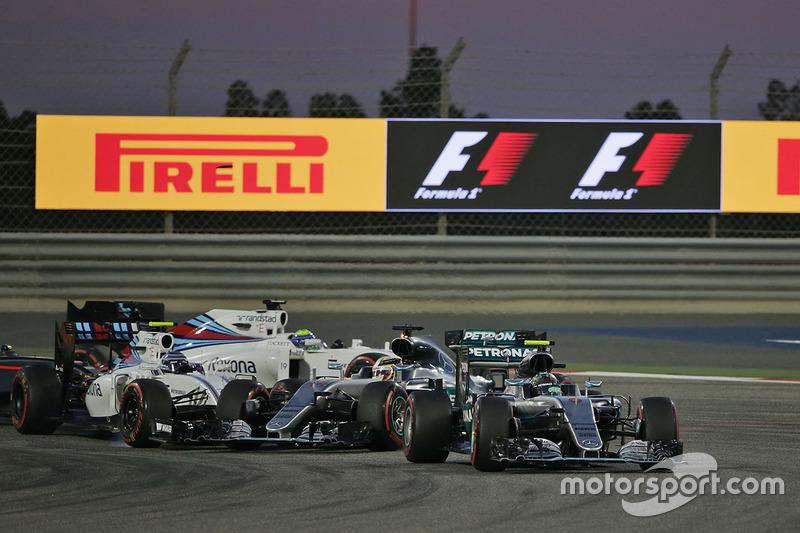 Azione alla partenza: Nico Rosberg, Mercedes AMG F1 Team W07, Valtteri Bottas, Williams FW38 e Lewis Hamilton, Mercedes AMG F1 Team W07