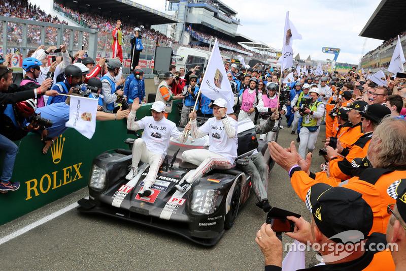 1. #2 Porsche Team, Porsche 919 Hybrid: Romain Dumas, Neel Jani, Marc Lieb, im Parc Fermé