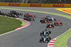 Нико Росберг, Mercedes AMG F1 W07 Hybrid едет впереди Льюиса Хэмилтона, Mercedes AMG F1 W07 Hybrid на страте гонки