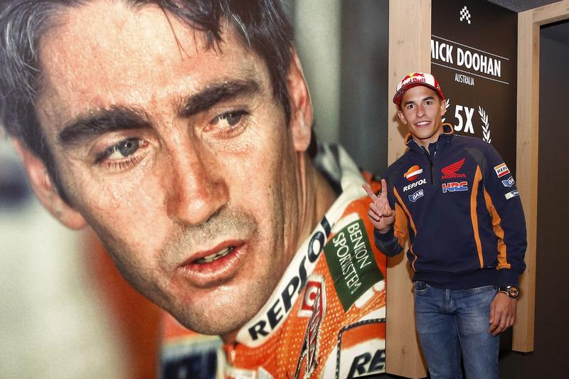 Marc Márquez, Repsol Honda Team posa con un cartel de Mike Doohan